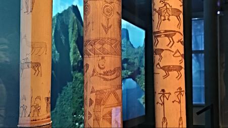 Bamboes ingegrift met tekeningen uit de Kanak-bevolking.